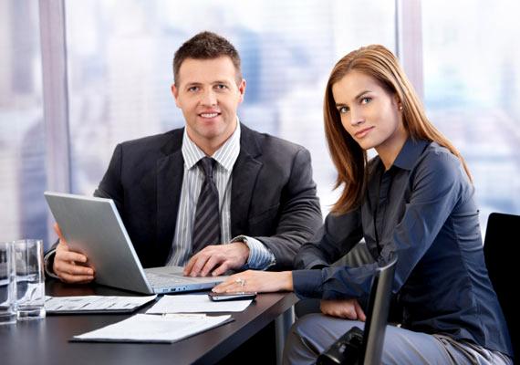 A cégvezetők köztudottan jól keresnek. Hazánkban egy vezérigazgató átlag havi bruttó 1,3 millió forint körül keres. Ha valaki ilyen munkakörben dolgozik, a kormány döntése után 13 ezer forinttal tarthat meg többet a fizetéséből.
