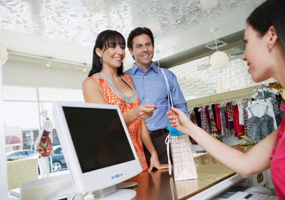 A bolti eladók havi átlagbére országosan 125 ezer forint körülire tehető. Az ő nettó bérük nem emelkedik kézzelfoghatóan az szja-csökkentés után, hiszen mindössze 1250 forinttal maradhat több a zsebükben.