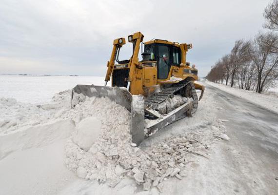 Hókotró a szlovén utakon. Az iskolák 40%-át be kellett zárni az időjárás miatt.
