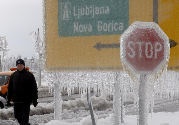 Vastagon jéggel befagyott stop- és útjelző tábla Szlovéniában. Nagyjából 50 ezer háztartás maradt áram nélkül.