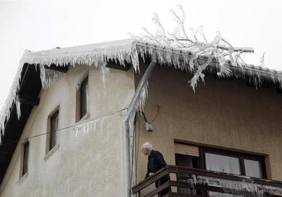 Jég borítja ennek a szlovéniai háznak a tetejét is. Ekkora, időjárás miatt bekövetkezett pusztításra még a legöregebbek sem emlékeznek.