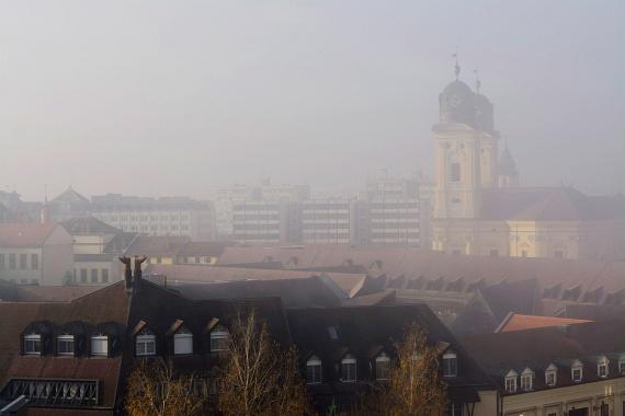 Debrecenben a helyi önkormányzat tájékoztatása szerint a szálló por légköri koncentrációjának 24 órás átlagértéke egymást követő két napon, legalább két mérőállomáson meghaladta a tájékoztatási küszöbértéket.