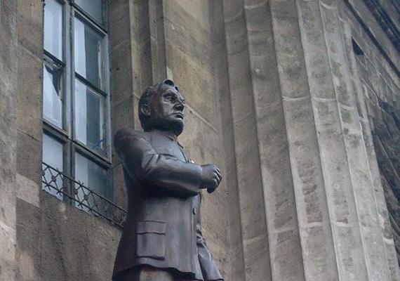 Így nézett ki a kormányfő hungarocell szobra, amit hamar le is döntöttek a lábáról.