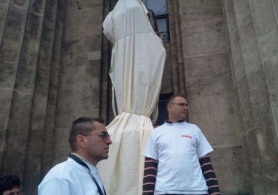 Aktivisták az Orbán Viktor-szoborral még a leleplezés előtt.