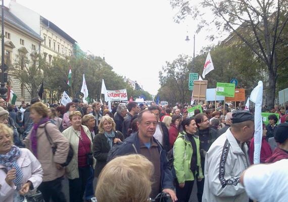 A tüntetésen ezer ember vett részt. Az Orbán-szobor fejét először a Terror Házához vitték, majd miután a tömeg feloszlott, a Szolidaritás Benczúr utcai székházába került.