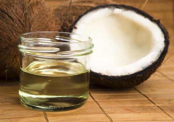 Kókuszolajat is használhatsz, de ebből is kevés kell, és a felesleget, ami a bőrödön marad, nem árt letörölni, különben eltömíti a pórusokat, ez pedig pattanások kialakulásához, szőrtüszőgyulladáshoz vezethet.