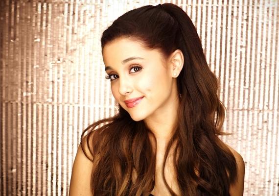 Ariana Grande egy alkalommal megcsúszott a színpadon,pechjére az ő bakija is felkerült a világhálóra,méghozzá ide.