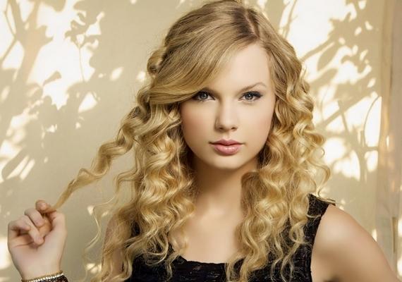 Taylor Swift majdnem megúszta, ő ugyanis a fellépését követően esett el a lépcsőn, de a kínos pillanatot megörökítették, szerencséremegnézheted itt.
