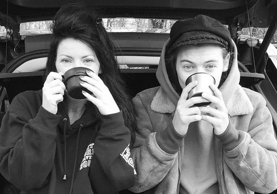 Harry Styles anyukája,Anne Cox is fent van az Instagramon, a fiókját itt éred el.