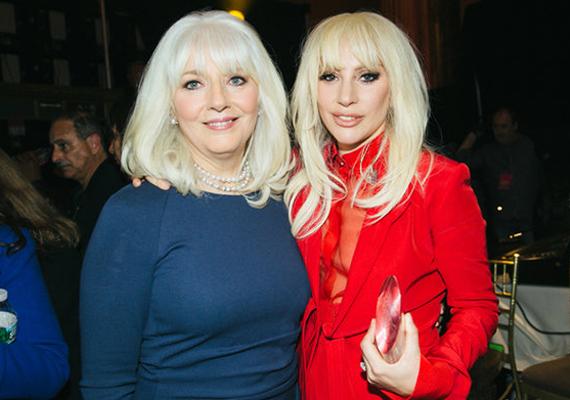 Lady Gaga, azaz Stefani Germanotta és édesanyja, Cynthia Germanotta. Az énekesnő édesanyja 62 éves, de tíz évet is letagadhatna.