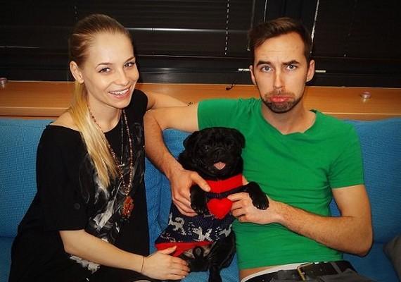 Nem tudni, hogy a képen szereplő kutyus Iszak Esztihez vagy Sanyócához tartozik, de a 25 éves műsorvezető ezzel a fotóval köszöntötte fel a zenészt.