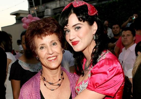 Katy Perry magasságát nem az anyukájától,Mary Hudsontól örökölte.