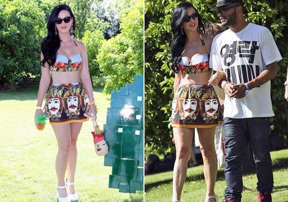 Katy Perry egyedi stílusa a fürdőruhákat illetően is kiütközik. Az énekesnő merész választását nemcsak a minta és szabás teszi különlegessé, hanem az is, hogy bikinialsó helyett szoknyát választott a felsőrészhez.