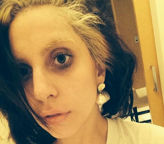 Lady Gagát már sokféle külsővel láthatta a világ, de az instagramos követői azt is tudják, hogy néz ki a 27 éves énekesnő elmaszatolt sminkkel és csapzott hajjal.