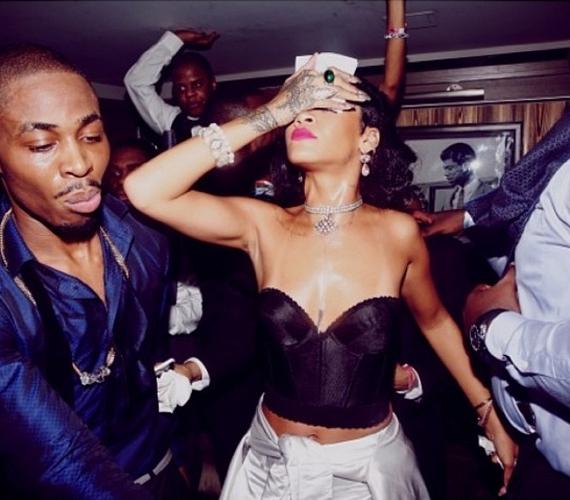 A 25 éves Rihanna imád féktelenül bulizni. Szilveszterkor sem volt ez másképp, mint azt az internetre felkerült fotók is bizonyítják.
