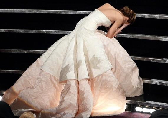 Jennifer az Oscar-díjátadón botlott meg a lépcsőn. A bakit annyival nyugtázta:                         - Ez nagyon kínos.                         Majd felemelte a fejét, és hebegve átvette aranyszobrocskáját, miközben jót derült a saját ügyetlenségén.