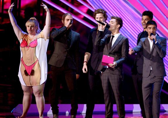 Rebel Wilson a 2012-es MTV Video Music Awards gálán sokkolta a közönséget női testet mintázó ruhájában, ami még csak hírből sem ismeri a szőrtelenítést. A helyzetet mindenki kínosnak tartotta, kivéve Rebelt.