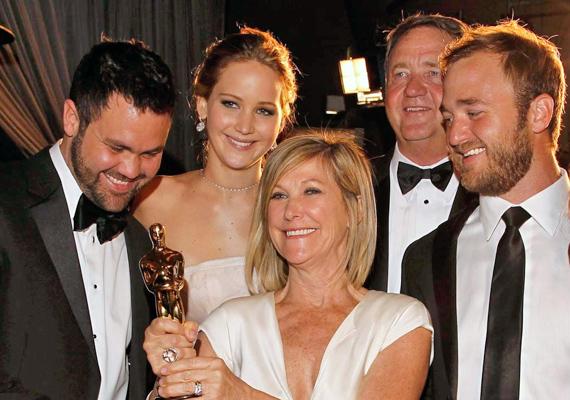 Jennifer Lawrence a családjával érkezett az Oscar-díj átadóra. A két szélen álló fiatalember a színésznő két bátyja, akiknek az arcáról ugyanaz a mosoly köszön vissza, kis almácskákkal, mint Jenniferéről.