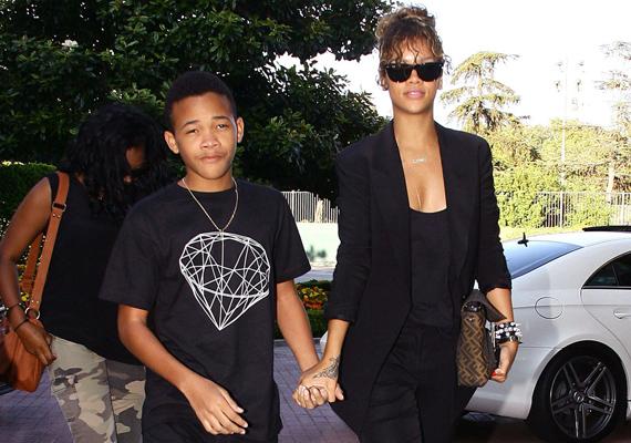Rihanna rajongásig szereti a kisöccsét, Rajadot, sokszor lehet őket látni, amint együtt sétálnak az utcán. A fotó is egy ilyen pillanatot örökítette meg.