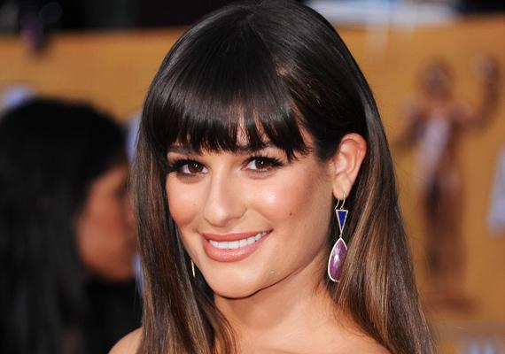 Lea Michele egy ideje átpártolt a frufrus csapatba. Általában teli, egyenes fazont választ, mert ezt leengedve és feltűzve is tudja viselni.