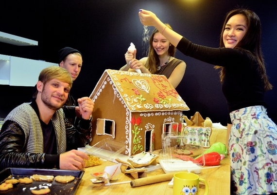 A sztárok által készített csodaszép házikó a Cseppkő utcai gyermekotthonba kerül - a Nickelodeon ezzel is segít boldogabbá varázsolni a gyerekek karácsonyát.