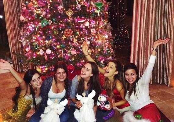 Ariana Grande szereti a feltűnést, így nem meglepő, hogy karácsonyfája is mindenféle színben pompázik, és roskadozik a rá akasztott díszektől.