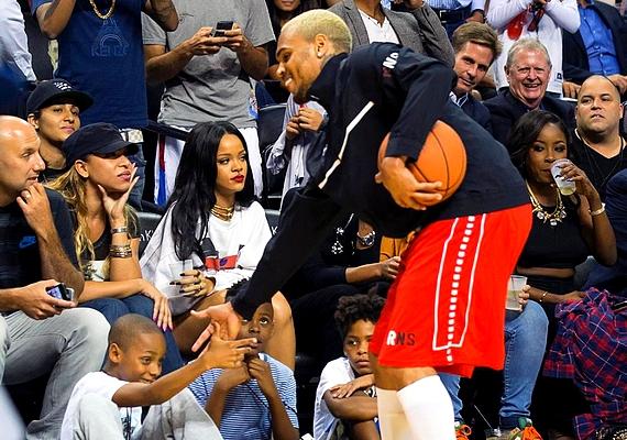 Rihanna és Chris Brown viharos kapcsolatot zártak le a szakításukkal, ezért nem csoda, hogy az énekesnő arcára kiültek az érzelmei, amikor összefutottak egy kosármeccsen.