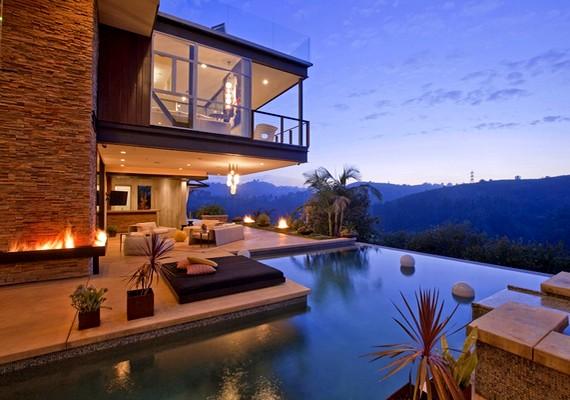 Justin Bieber úgy döntött, ezzel a közel 11 milliós Hollywood Hills-i házzal lepi meg magát a 18. születésnapjára.