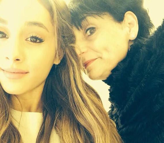 Ariana Grande szelfijébe az édesanyja hajolt bele, végül mégis egészen jó lett a fotó.