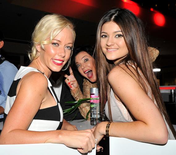 Kylie Jenner és az egykori Playboy lány, Kendra Wilkinson fotóját Kris Jenner tette viccessé.