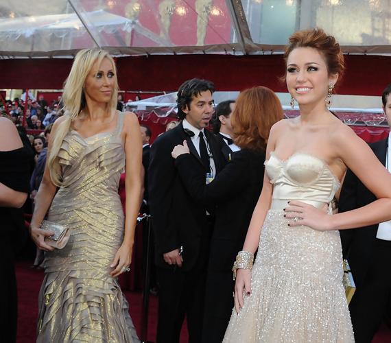Míg Miley Cyrus boldogan pózolt a fotósoknak, addig édesanyja oldalról úgy tett, mintha Miley mögött nézne valami különösen érdekeset.