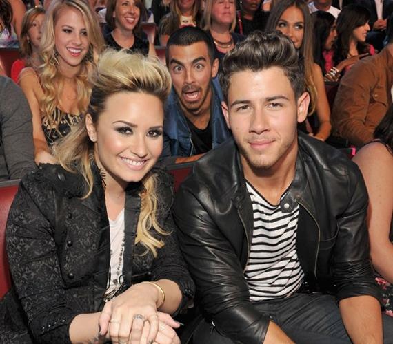 Demi Lovato és Nick Jonas képét a középső Jonas testvér, Joe tette emlékezetessé.