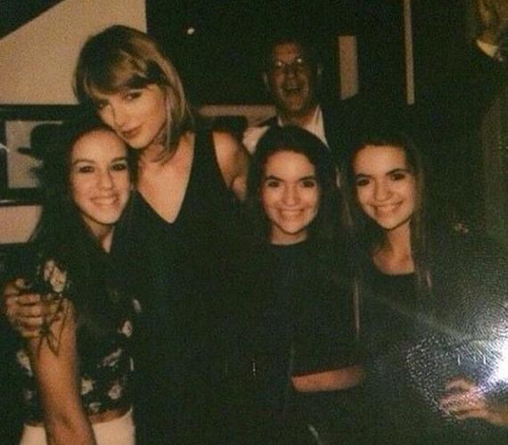 Taylor Swift édesapja boldogan mosolygott a háttérben, miközben lánya a rajongóival fotózkodott.