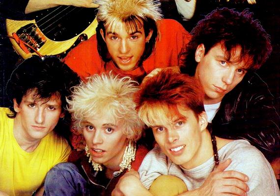 Bár a Kajagoogoo együttes csak három évig üzemelt, leginkább a nyolcvanas évek One Directionjeként jellemezhetjük a fiúkat. Akkoriban az énekes Limahlt mindenki imádta a szőke-fekete frizurájával, amivel leginkább egy tarajos sülre emlékeztet.