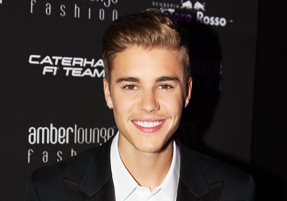Justin Bieber 19 éves kora ellenére már vastag rendőrségi aktával rendelkezik, legutóbb például alkohol és kábítószer befolyása alatt vezetett egy illegális gyorsulási versenyen, amikor elfogták. Itt olvashatsz korábbi balhéiról.