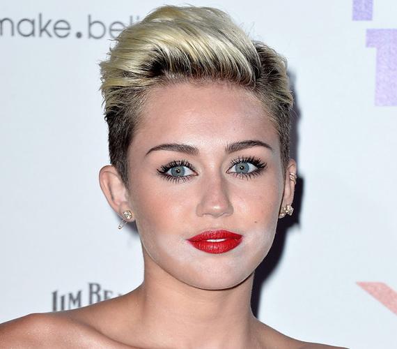 Miley Cyrusnak a púder ült ki az arcára.
