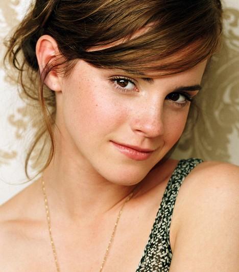 Emma WatsonA Harry Potter-filmek Hermionéje sosem volt az erős smink híve, de azért őt is többször láthattad már kifestve, mint természetes arccal. Ettől függetlenül a natúr külső is jól áll neki, még mindig magában hordja a kislányos bájt.