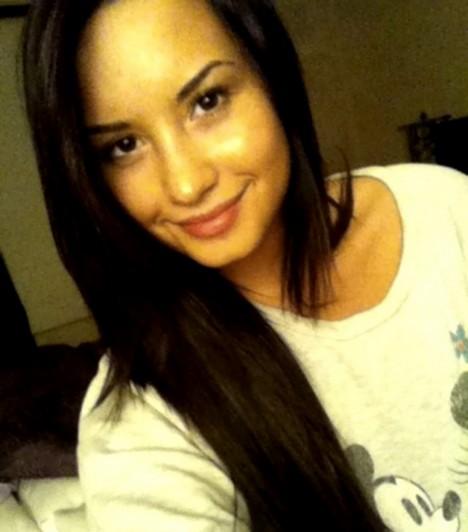 Demi Lovato  Az énekesnő olyannyira elégedett a természetes külsejével, hogy saját magáról is készített már smink nélküli fotókat, és meg is osztotta őket a rajongóival. Mint a kép is mutatja, az elégedettsége nem alaptalan.