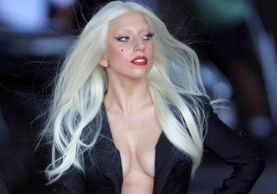 Lady Gaga szőkített szemöldöke messziről nem is látszik, ettől pedig elég rémisztően fest. Csak remélni merjük, hogy ezt ő maga is belátta.