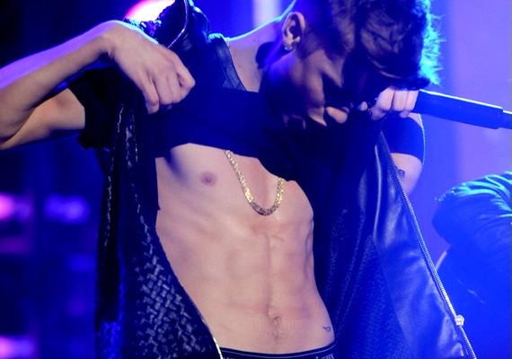 Justin Bieber New York-i újévi koncertjének közönsége igazán örülhetett, mikor az énekes felhúzta a pólóját.