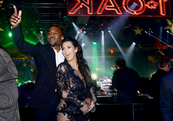 Kim Kardashiant nem tántorította el nemrégiben napvilágra került terhessége a bulizástól: Kanye Westtel Las Vegasban ünnepeltek.