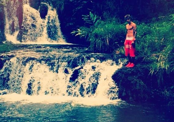 Nem csupán a nők szeretnek büszkélkedni a testükkel: Justin Bieber kockás hasát mutogatja sokszor.
