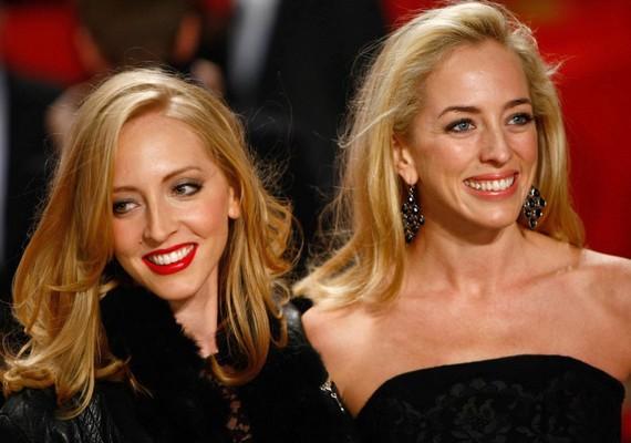A két szőkeség nem más, mint - a kicsit talán túlbecsült külsejű - Robert Pattinson két nővére, Lizzy és Victoria.
