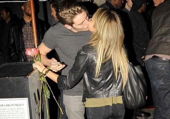 Sarah Hylandet és új, egyelőre ismeretlen párját egy hollywoodi klub kijáratánál kapták le vasárnap, amint csókot váltottak. A színésznő még virágot is kapott kedvesétől.