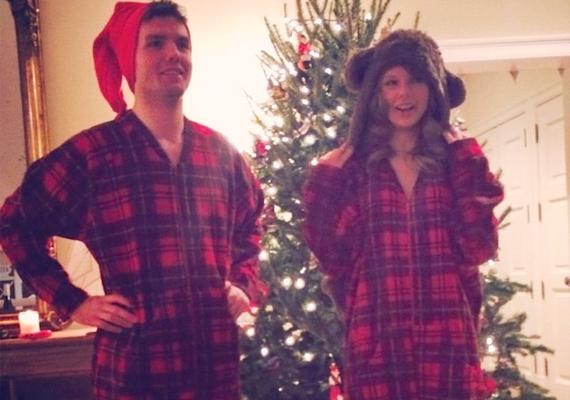 Taylor Swift és öccse, Austin akár ikrek is lehetnének, és olykor összeillő ruhákban fotózkodnak, mint ez a karácsonyi pizsama.