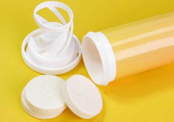 Törj le egy darabot a kalcium-pezsgőtablettából, oldd fel egy evőkanál vízben, és kend a pasztát a csípésre! Ha nemrég csípett meg a szúnyog, vagy allergiás vagy rá, a maradék tablettát dobd egy pohár vízbe, és idd meg.