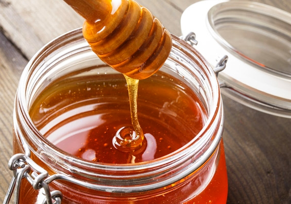 A méz gyulladáscsökkentő hatásának köszönhetően nyugtatja a bőrt, ezért a csípésre kenve megszünteti a viszketést és a bőrpírt, forróságot is.