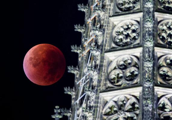 A kölni dómnál ilyen látványt nyújtott a teljes holdfogyatkozás - egybeesett azzal az időszakkal, amikor a Hold a legközelebb ért a Földhöz, ezért volt még látványosabb, ugyanis az égitest így nagyobbnak tűnt, és fényesebb is volt.