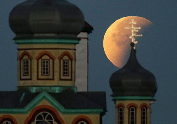 Talán a legszebb fotó, amit a teljes holdfogyatkozásról készült. Fehéroroszországban, Turecben lőtték. Hasonló jelenség utoljára 1982-ben volt.