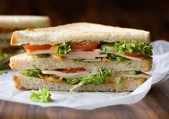 Massachusettsben a halotti toron a gyászolóknak tilos fejenként háromnál több szendvicset enniük.